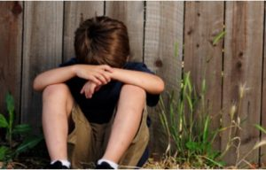 traumatisme-enfance-enfants-tristes